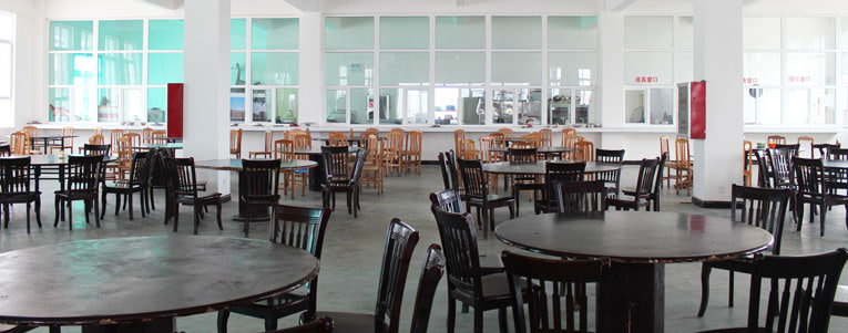 The new canteen offers plenty of space, so that our students can take their meals together.